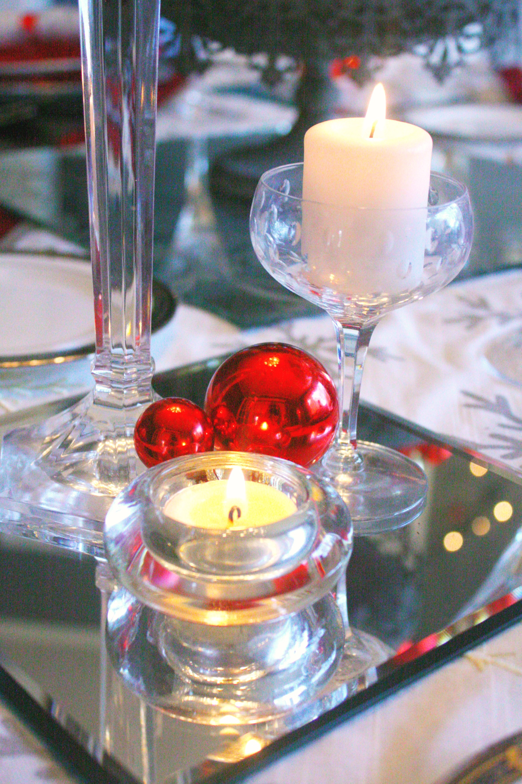 Red silver christmas table setting craft thyme for Miroir de decoration