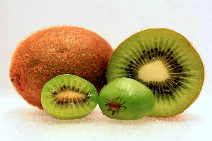 Grape kiwi size comparison, Image by Hiperpinguino, CC License